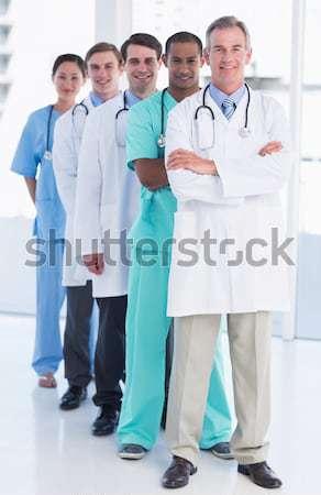 Squadra sorridere medici guardando fotocamera braccia incrociate Foto d'archivio © wavebreak_media