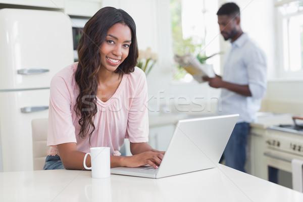 Pretty woman utilizzando il computer portatile counter home cucina computer Foto d'archivio © wavebreak_media