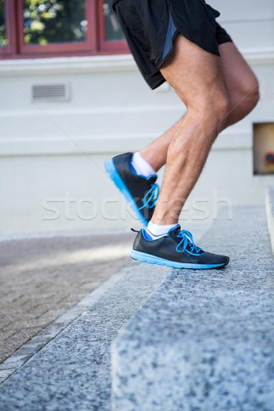Vista laterale atleta jogging up scale città Foto d'archivio © wavebreak_media