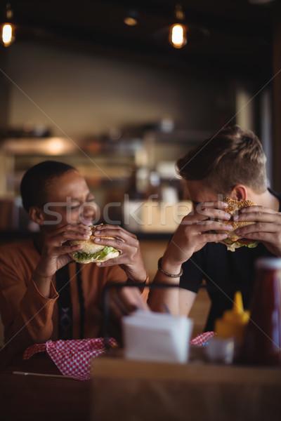 Feliz Pareja Burger restaurante mesa hotel Foto stock © wavebreak_media
