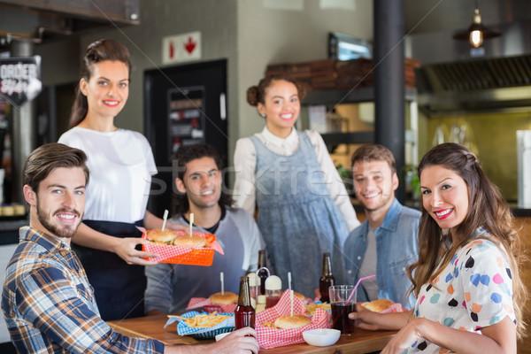Gruppo amici cameriera ristorante ritratto Foto d'archivio © wavebreak_media