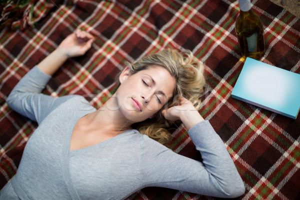 Kadın uyku battaniye görmek telefon Stok fotoğraf © wavebreak_media