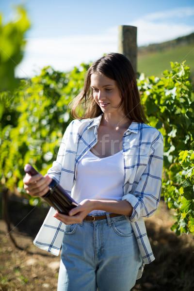 Nadenkend jonge vrouw wijnfles wijngaard Stockfoto © wavebreak_media