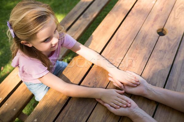 Moeder dochter holding handen picknicktafel park vrouw Stockfoto © wavebreak_media