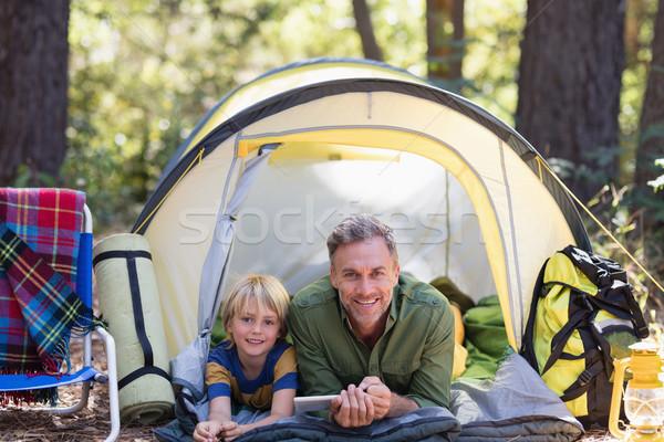 Sorridere figlio di padre digitale tablet riposo tenda Foto d'archivio © wavebreak_media