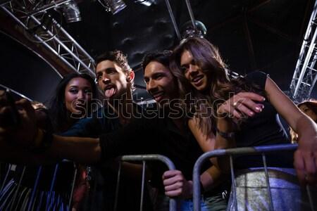 Vrouwelijke vrienden zingen mannelijke zanger discotheek Stockfoto © wavebreak_media