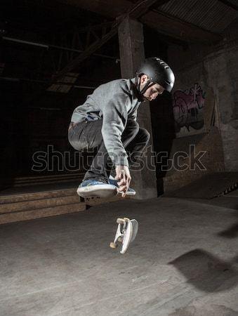 Nino sesión pavimento corredor escuela azul Foto stock © wavebreak_media