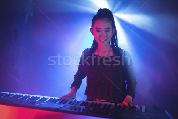 Kobiet muzyk gry fortepian nightclub Zdjęcia stock © wavebreak_media