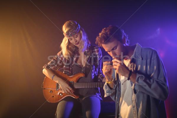 Gitarzysta muzyk gry harmonijka nightclub Zdjęcia stock © wavebreak_media