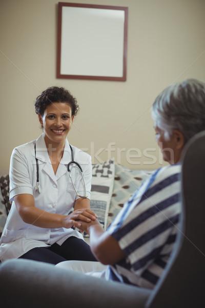 Femminile medico confortevole senior donna soggiorno Foto d'archivio © wavebreak_media