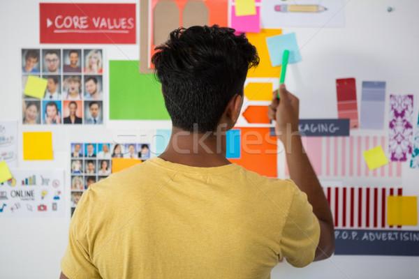 Hátsó nézet férfi mutat öntapadó jegyzet iroda fiatalember Stock fotó © wavebreak_media