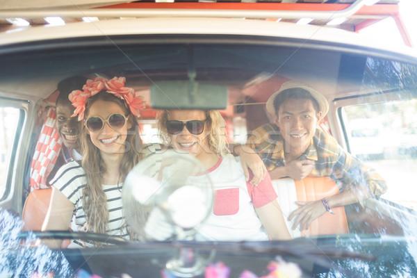 Portré boldog barátok lakókocsi furgon szélvédő Stock fotó © wavebreak_media
