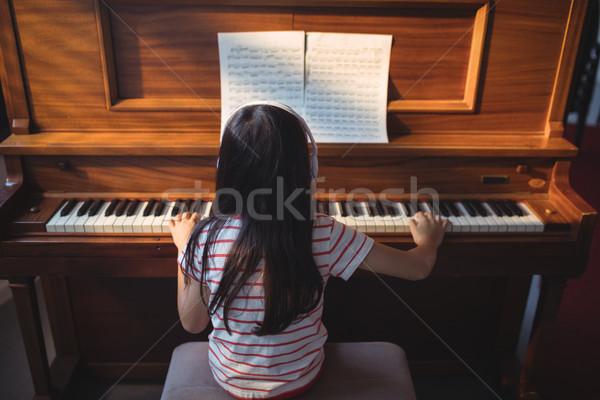 Widok z tyłu dziewczyna fortepian klasie muzyki Zdjęcia stock © wavebreak_media