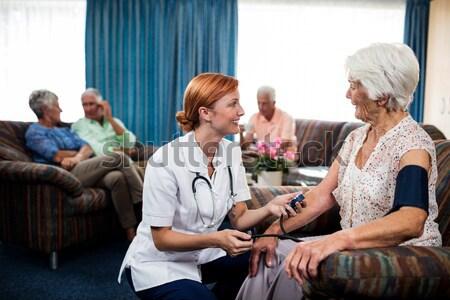 笑みを浮かべて シニア 男 見える 女性 医師 ストックフォト © wavebreak_media