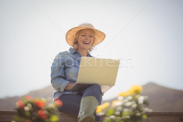 Stockfoto: Glimlachend · senior · vrouw · met · behulp · van · laptop · park