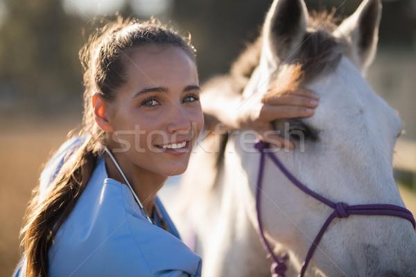 портрет улыбаясь женщины ветеринар лошади Сток-фото © wavebreak_media