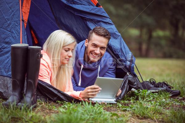 счастливым пару палатки таблетка зеленый Сток-фото © wavebreak_media
