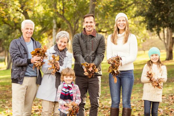 Uitgebreide familie klaar bladeren rond vrouw boom Stockfoto © wavebreak_media