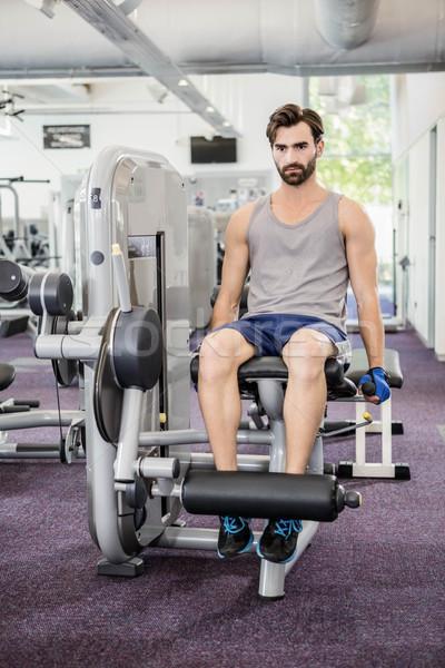 Centrado hombre pesos máquina piernas gimnasio Foto stock © wavebreak_media