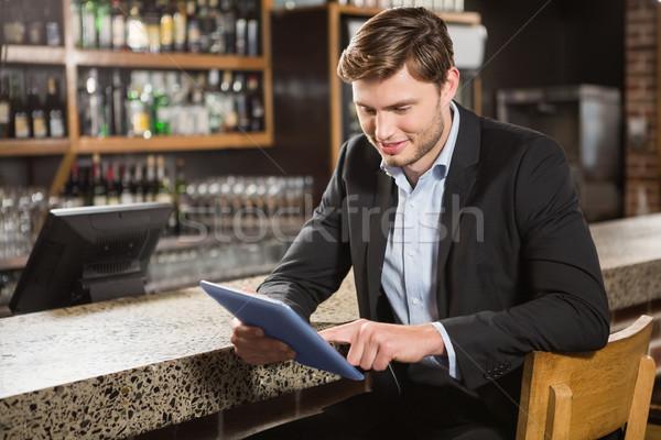 Hombre guapo pub beber diversión alcohol Foto stock © wavebreak_media
