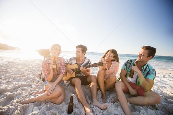 Barátok játszik gitár tengerpart nő víz Stock fotó © wavebreak_media