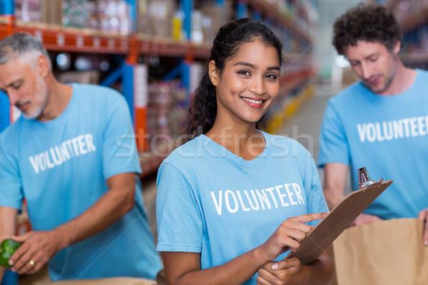 Portret szczęśliwy wolontariusz stwarzające schowek Zdjęcia stock © wavebreak_media
