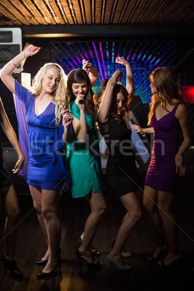 Groep glimlachend vrienden dansen dansvloer vrouwelijke Stockfoto © wavebreak_media
