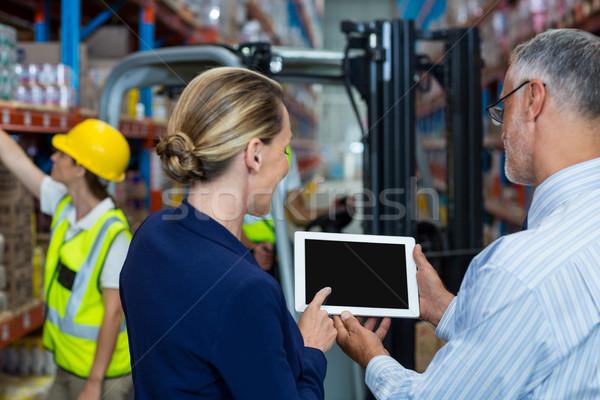 Raktár menedzser ügyfél megbeszél digitális tabletta Stock fotó © wavebreak_media