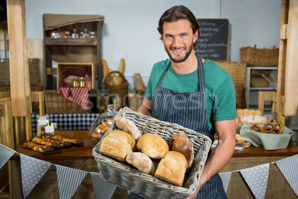 Portré férfi személyzet tart kosár kenyér Stock fotó © wavebreak_media