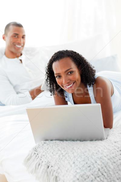 Сток-фото: пару · расслабляющая · кровать · домой · женщину