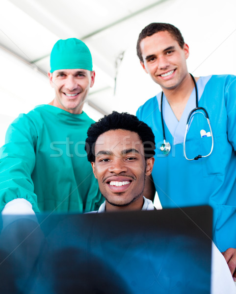 Esperançoso masculino médicos olhando raio x hospital Foto stock © wavebreak_media