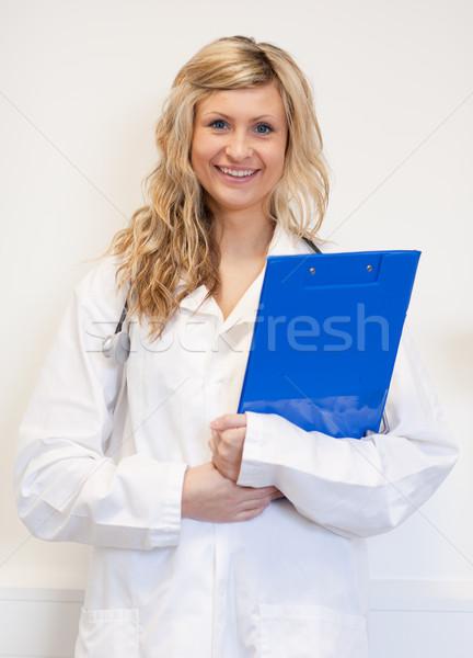 Gyönyörű női sebész tart jelentés üzlet Stock fotó © wavebreak_media