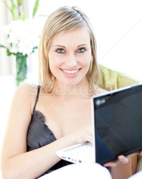 Sorrindo surfe internet casa sessão sofá Foto stock © wavebreak_media