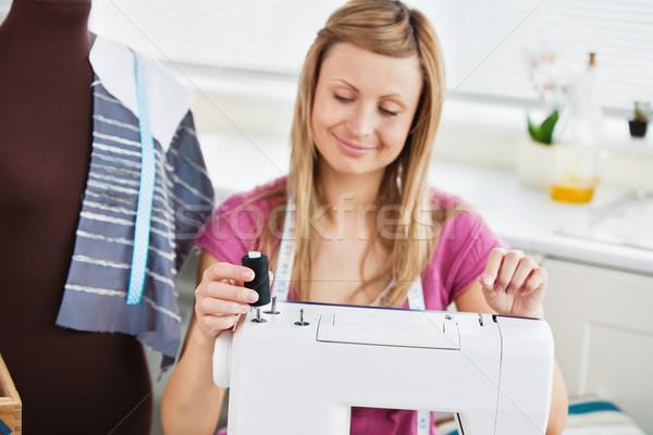 Lumineuses jeune femme machine à coudre cuisine affaires travaux Photo stock © wavebreak_media