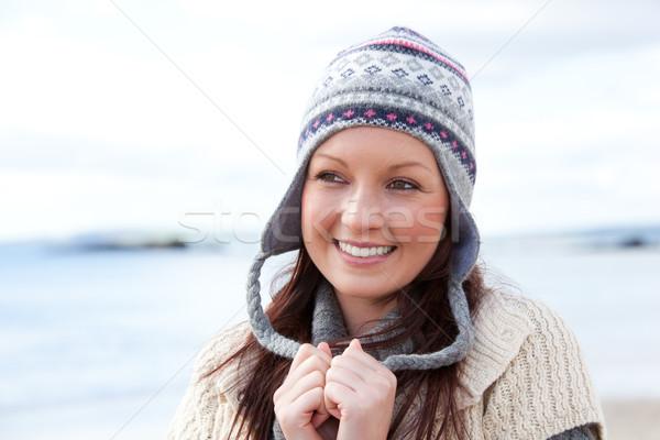 Stock fotó: Mosolyog · fiatal · nő · visel · kalap · tengerpart · modell