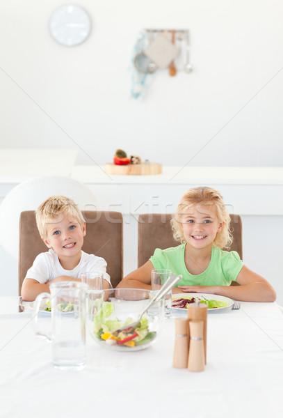 Aanbiddelijk broers en zussen eten salade samen keuken Stockfoto © wavebreak_media