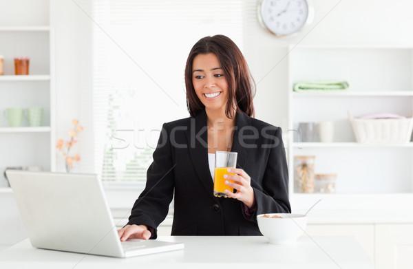 Charmant vrouw pak ontspannen laptop Stockfoto © wavebreak_media