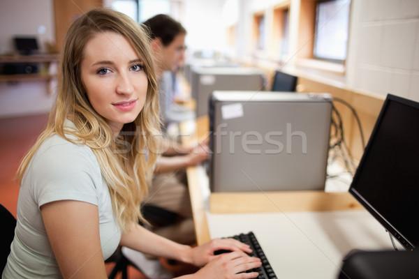 Student poseren computer kamer onderwijs studenten Stockfoto © wavebreak_media