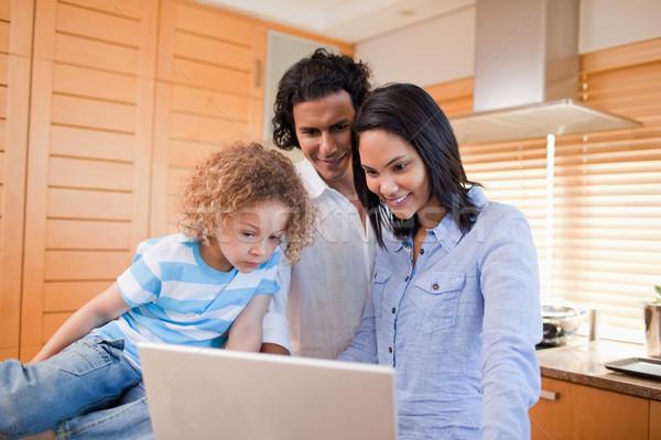 Feliz jovem família surfe internet cozinha Foto stock © wavebreak_media