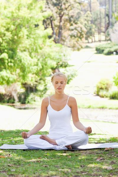 Stok fotoğraf: Genç · kadın · oturma · yoga · pozisyon · çim · güzellik
