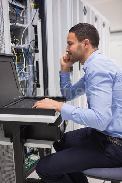 Człowiek serwerów data center budowy pracy Zdjęcia stock © wavebreak_media