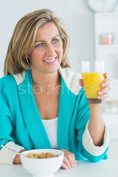 Femme souriante jus céréales déjeuner femme alimentaire Photo stock © wavebreak_media
