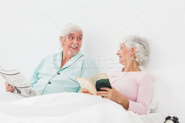 счастливым пару чтение пожилого кровать Сток-фото © wavebreak_media