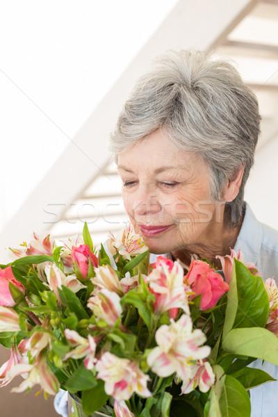 Foto stock: Jubilado · mujer · ramo · flores · casa · salón