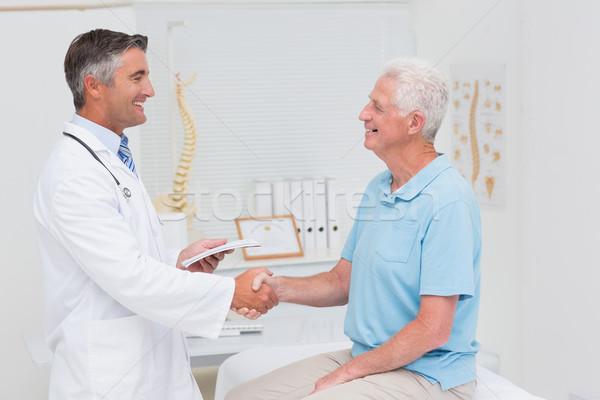 男医生侧脸照片_商业照片: 男医生 · 高级 · 病人 · 握手 · 侧面图 · 诊所