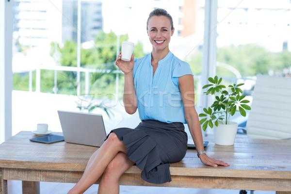 Mosolyog üzletasszony tart eldobható csésze iroda Stock fotó © wavebreak_media
