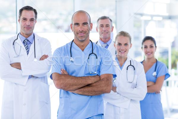 Csapat mosolyog orvosok néz kamera keresztbe tett kar Stock fotó © wavebreak_media