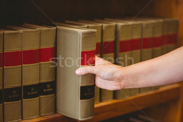 Mano libro scaffale biblioteca donna Foto d'archivio © wavebreak_media