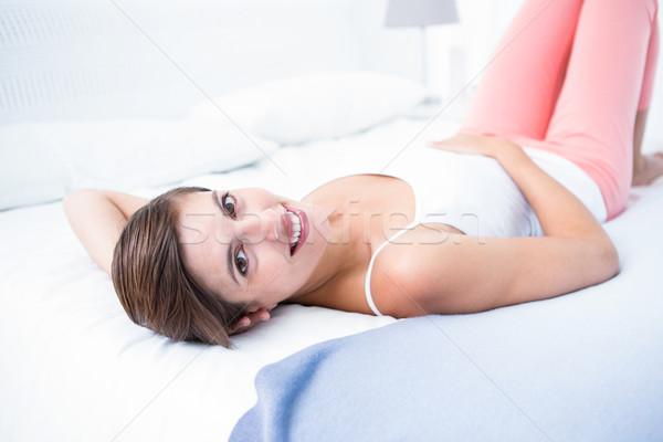 Feliz mulher sorrindo câmera casa quarto feminino Foto stock © wavebreak_media