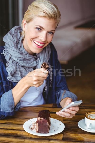 Sorridente peça bolo de chocolate café Foto stock © wavebreak_media